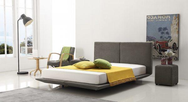 מיטה מרחפת מרופדת בד בגוון אפור כהה, מיטה זוגית בעלת 6 רגליים מרכזיות אשר נותנות לה את אפקט הריחוף