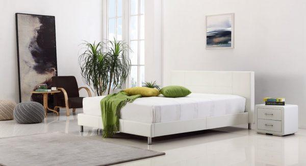 מיטה זוגית klik מרופדת דמוי עור בגוון לבן במראה מודרני עם רגלי ניקל מפוארות